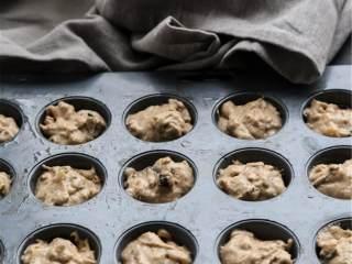 健康花生酱香蕉燕麦能量棒,把香蕉泥混合物倒入粉类混合物中,翻拌至看不见干粉;倒入黑巧克力 ,混合均匀。把面糊转移到烤盘中;如果用马芬模的话,用一个干净的汤匙来分装面糊。