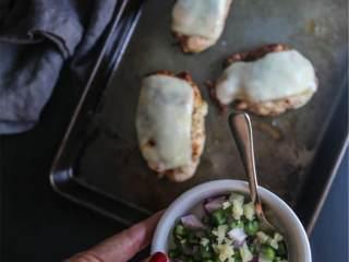 辣培根鸡肉卷,将切碎的红洋葱, 现切生姜  (1 汤匙) ,去籽切丁墨西哥辣椒 在小碗里混合.