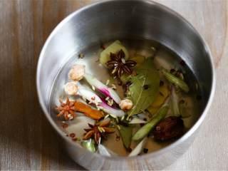 辣椒油,锅中倒植物油,加入生姜 、月桂叶 、八角、桂皮 、葱白 、花椒粒 、大蒜 和整粒茴香籽 ,用最小的火加热大约5分钟。