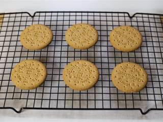 女巫帽子饼干,将下午茶饼干放在冷晾架上,网架下面垫上厨房纸