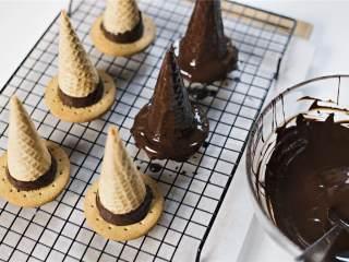 女巫帽子饼干,在每个蛋筒上涂上黑巧克力
