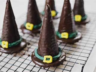 女巫帽子饼干,让帽子饼干冷却固定1小时,上菜并享用吧