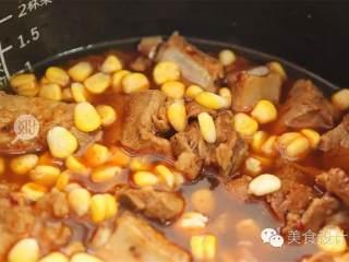 懒人排骨焖饭,米 淘好,放入正常煮饭的水量,再放入研制好的排骨,撒玉米粒 ,按煮饭键,大约煮20分钟。