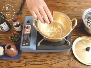酒蒸蛤蜊,热锅融化黄油 ,倒入姜和蒜,炒出香味。