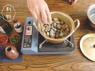 酒蒸蛤蜊,下蛤蜊 ,倒入日本酒 ,大火盖上锅盖焖煮。