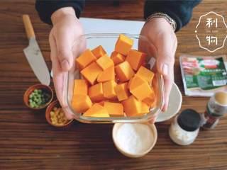 可乐饼,把南瓜 去皮,切成一口大小的块。