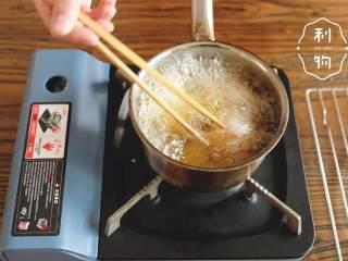 可乐饼,油温到170度,下锅炸3分钟左右,外皮变成金黄色之后便可盛出装盘