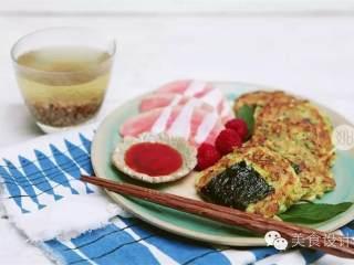 西葫芦饼,蘸甜辣酱会很好吃哦!