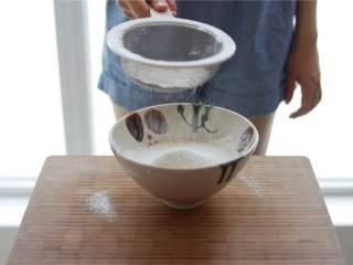 蓝莓蜂蜜松饼,加入植物油 ,并筛入低筋面粉 。
