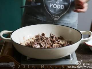 奶油牛肉蘑菇意面,锅中放入橄榄油 ,牛肉 裹上面粉(掸去多余面粉)分次倒入锅中,炒至金黄,盛出备用。