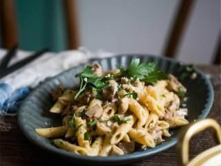 奶油牛肉蘑菇意面,加入准备好的意面和意大利芹 ,混合均匀即可出锅。装盘后撒上新鲜刨出的帕玛森奶酪 ,点缀一些欧芹,开始享用。