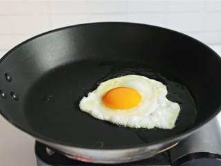 荷包蛋,煎大约4-5分钟,直至蛋白已经凝固,蛋黄还有些流动