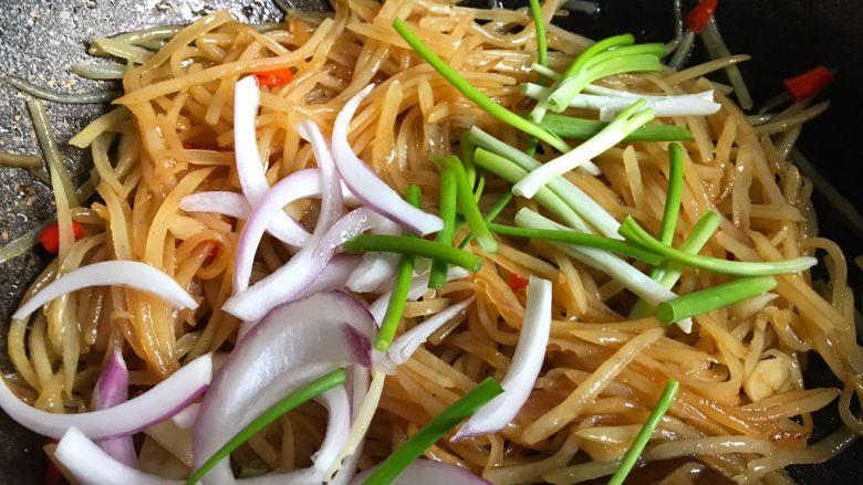 酸辣土豆丝,加入洋葱和香葱翻炒