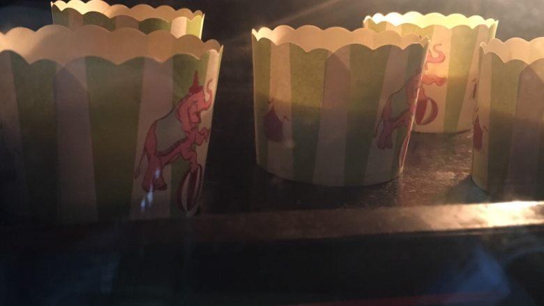 纸杯蛋糕,烤箱预热,170度上下火20分钟左右;PS:烤箱温度仅供参考!