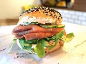 奶酪飛魚籽醬配三文魚百吉餅三明治