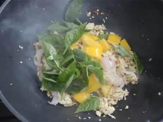 泰国素食罗勒饭,加入泰国罗勒(1 把) 和灯笼椒,一边炸一边搅拌,直至罗勒煮熟。