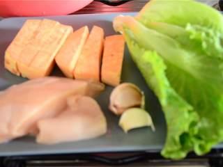 简易午餐,准备好食材:甜土豆、鸡胸、大蒜瓣、生菜。