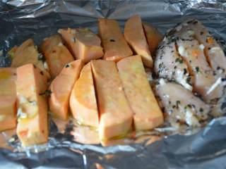 简易午餐,将甜土豆涂上橄榄油,和鸡胸 一起放进烤箱里烤25分钟。