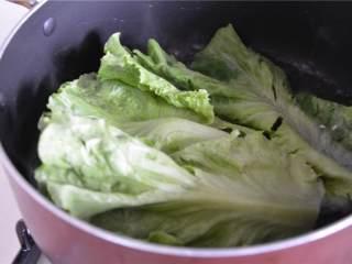 简易午餐,将生菜 放到开水里煮。