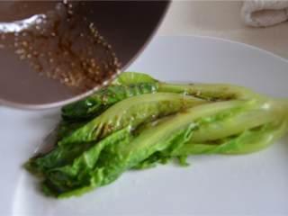 简易午餐,将芝麻油和胡椒的混合物浇在生菜上。