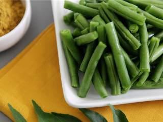 鲑鱼四季豆饭,四季豆(8 盎司)切成2寸长的段。