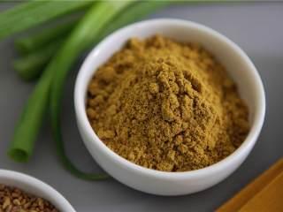 鲑鱼四季豆饭,添加葱(2)、黑芥菜子(1/4 茶匙)和胡芦巴(1/4 茶匙)。煮2 - 3分钟,直到洋葱变成半透明。加入咖喱粉(1 茶匙),搅拌均匀。