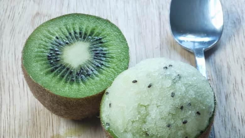 奇异果青柠奶冰,把奶冰用奇异果皮装好上桌。祝您有个好胃口。
