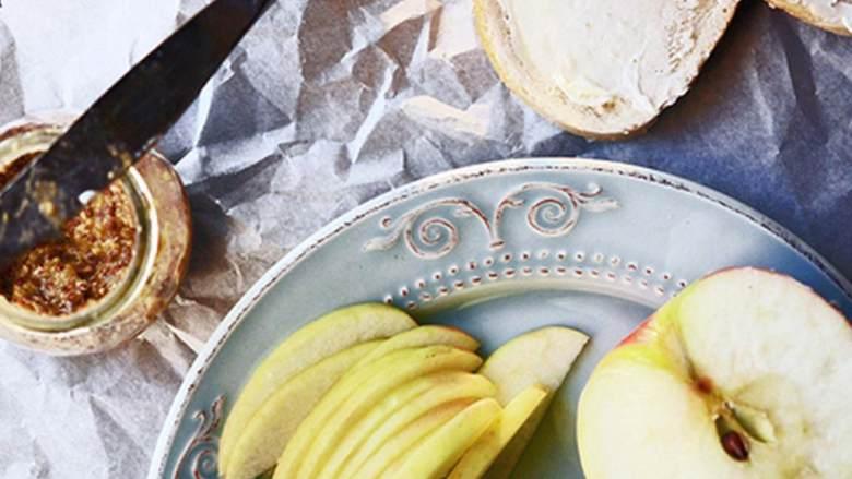 苹果火鸡三明治,将苹果和高达芝士(2 盎司)切片,将无盐黄油 涂抹在厚脆面包(2 条)的一边。