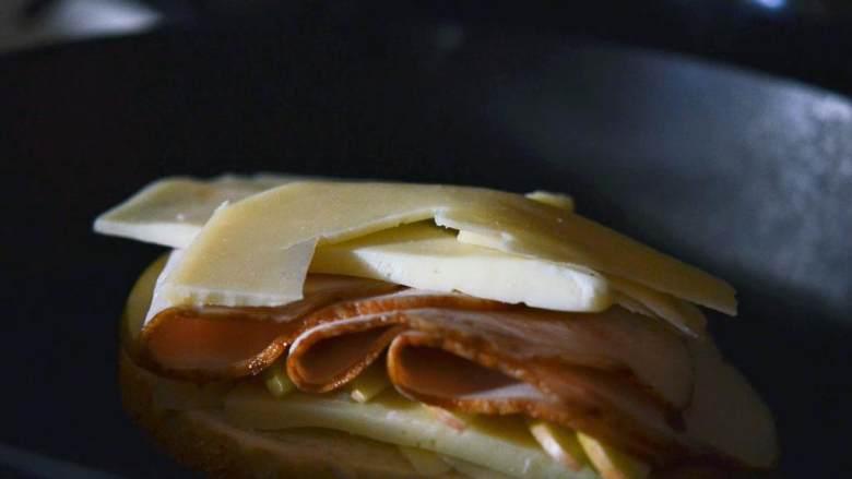 苹果火鸡三明治,放上一半的高达芝士 在上面,再放上一半的苹果(1/2) 和所有的三明治火鸡肉,然后放上剩下的苹果和芝士在火鸡肉上。