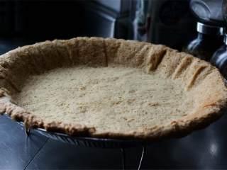 草莓奶冻派,用黄油在派盘里涂上厚厚的一层油,然后撒上薄薄一层面粉,把面饼放在烤盘里,撒上泡打粉,铺上烤纸,以180度烤20分钟,