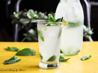 椰子莫吉托,在一个中等大小的碗里,加入剩余的糖(1/4杯)和剩余薄荷叶子(20),用搅拌棒捣碎薄荷叶。把青柠汁(1/4杯),光朗姆酒(1/2 杯),和椰子朗姆酒(半杯)加入盛有糖浆和薄荷叶的碗。
