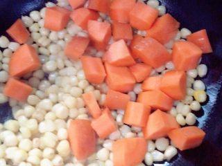 #万能的土豆#咖喱土豆,胡萝卜下锅翻炒