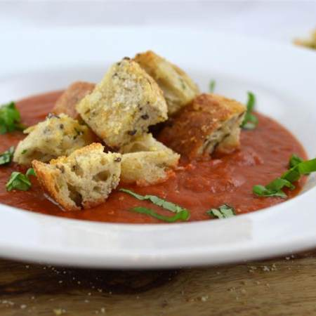 番茄汤与干酪面包丁