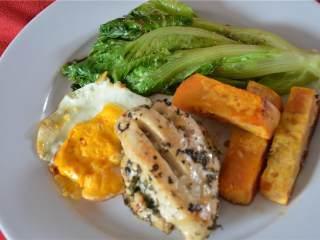 简易午餐,把做好的菜和肉放进盘子里,棒极了!