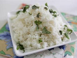 鲑鱼四季豆饭,小锅里加入水(10 盎司)和盐。然后加入米饭,小火煮20分钟。熄火盖上锅盖,焖至少5分钟。盛出大米并添加碎泰国罗勒(适量)