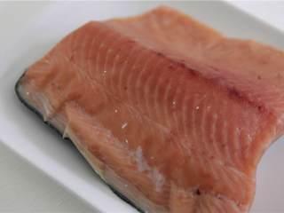 鲑鱼四季豆饭,中火加热大煎锅,加油加热。把鲑鱼放入锅中,煮6 - 8分钟,直到大米是金黄色,鲑鱼不透明,翻转,再煮一2 - 5分钟。