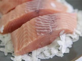 鲑鱼四季豆饭,加入椰奶(2 盎司)、罗望子酱(1 茶匙)和砂糖(1 汤匙),搅拌均匀。煮至沸腾,把火调小。检查豆子是否煮熟,加入调味料。享用吧!