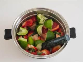 草莓莫吉托,把青柠 切成四等分倒进碗里。