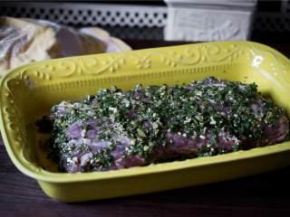 香辣欧芹酱牛排,在烤之前的30分钟,把牛排拿出来放在盘子上盖上保鲜膜。烤箱高温预热。
