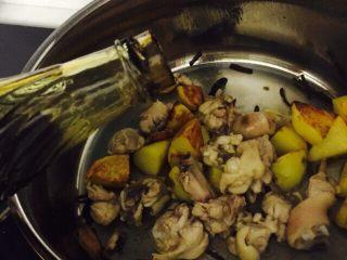 土豆焖鸡腿,加入耗油