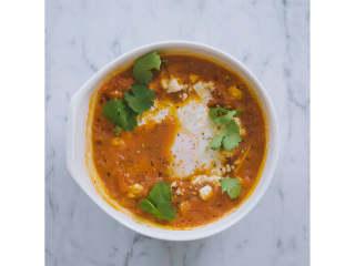 一人份北非蛋,转移至上菜碗中,在中间挖一个小坑,打入鸡<a style='color:red;display:inline-block;' href='/shicai/ 1108/'>蛋</a>。撒上菲达干酪碎。松松地盖上厨房纸,微波炉600瓦打上约3-5分钟,或者直至鸡蛋全熟。