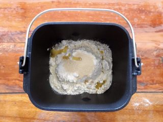 松软好吃萌小兔馒头(一次发酵),将除了红豆之外所有的材料放进面包机,由于没有盐,所以不用担心酵母会失效!