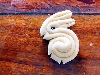 松软好吃萌小兔馒头(一次发酵),如图所示,用剪刀剪出兔子的嘴巴和脚!
