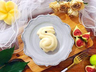 松软好吃萌小兔馒头(一次发酵),按照芽芽的惯例!还是要美美的摆拍一下的🙈