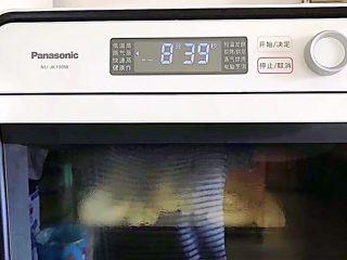 松软好吃萌小兔馒头(一次发酵),发酵完毕之后,水箱放满水,选择原气蒸功能,10分钟! 如果你是用蒸锅,那就大火蒸15分钟,蒸好之后千万不要马上开盖,焖5分钟再出锅!