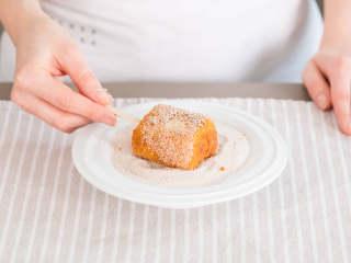 炸牛奶,将冰淇淋棍插到每个煎好的牛奶块中。在一个深盘或浅碗里混合肉桂和糖,趁热将牛奶块放到盘中滚一遍,粘上肉桂糖。尽情享用吧!