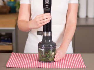 鳕鱼佐贻贝欧芹酱,制作欧芹酱:将欧芹、罗勒叶、薄荷、一半蒜、芥末、酸豆、凤尾鱼和植物油混合搅打成柔滑糊状。撒盐与胡椒调味。