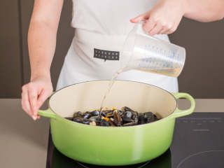 鳕鱼佐贻贝欧芹酱,在厚底汤锅中,中火加热些许植物油,翻炒蔬菜丁,直至它们稍微变棕色。放入贻贝,撒盐与胡椒调味。倒入白葡萄酒,盖上盖子,中火煮5分钟。大部分贻贝都浮到表面后即可捞出,去掉未上浮的贻贝,因为这说明它们不新鲜。保留汤水。