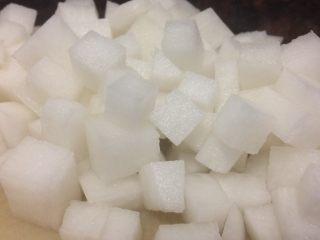 小米海鲜营养粥,萝卜刨去皮,切丁备用。