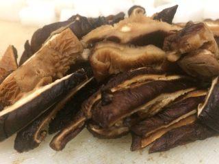 小米海鲜营养粥,香菇提前一个钟浸泡,洗净切细。